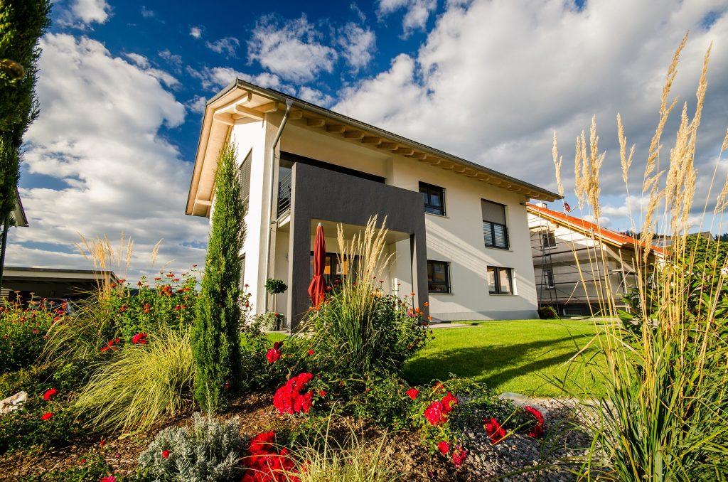 Maison individuelle neuve entourée par un jardin arboré